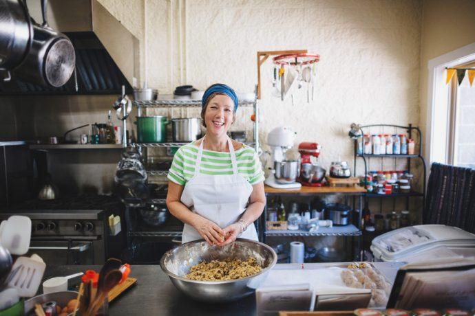 Portrait d'une employée heureuse