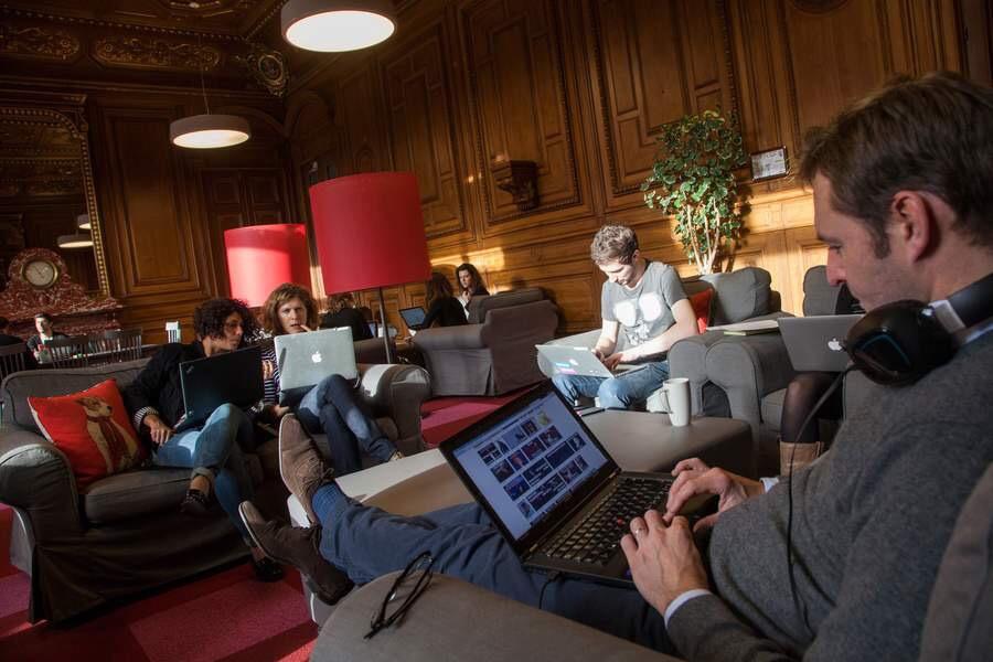 Chez Google France, la Ballroom permet de travailler seul ou en équipe dans l'ancienne salle de réception de l'hôtel de Vatry.