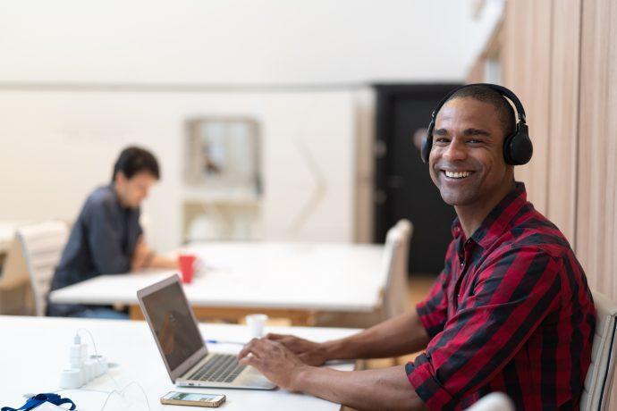 Un salarié sur un espace de coworking Crédit photo FG Trade