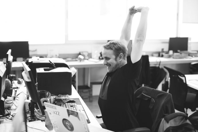 Le travail sur écran peut générer sur la durée des troubles musculosquelettiques. Découvrez avec Mathieu Duchatel, Directeur Associé chez Synevia, des conseils et bonnes pratiques pour prendre soin de vos collaborateurs et enrayer ce phénomène.